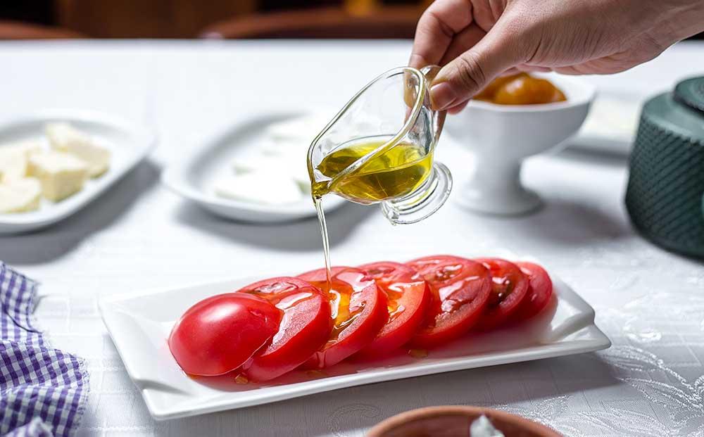 Ensalada de tomates con aceite de oliva